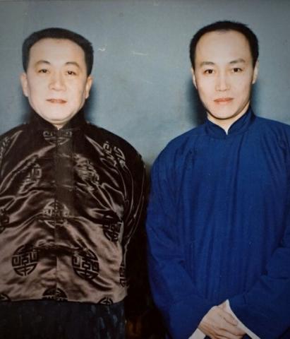 我俩不是说相声,是分别在戏中扮演黄金荣与蒋介石